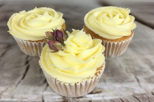 Cupcakes-with-Roses-and-Swirls